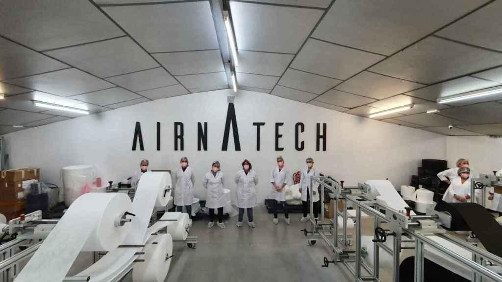 Varios trabajadores de la empresa que aumentará su producción de mascarillas FFP2 a causa de la creciente demanda.