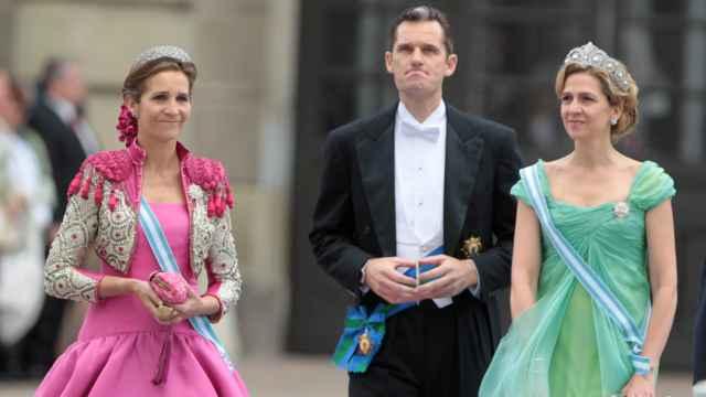Iñaki Urdangarin, la infanta Elena y la infanta Cristina en la boda de la princesa Victoria de Suecia y Daniel Westling en 2010.