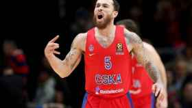 Mike James celebra una canasta con el CSKA