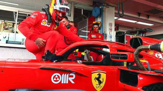 Carlos Sainz se sube por primera vez a un Ferrari