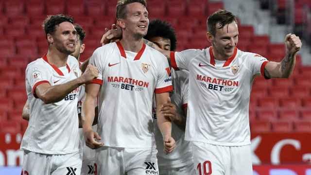 Los jugadores del Sevilla celebran el gol de Luuk de Jong al Valencia en la Copa del Rey