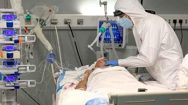 Empelados sanitarios realizan la primera intervención quirúrgica en el Hospital público Enfermera Isabel Zendal a una paciente con coronavirus ingresada en la UCI.