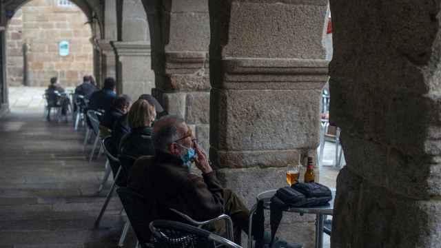 Un hombre toma una cerveza en la terraza de un bar de Orense.