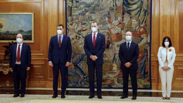 Miquel Iceta, Pedro Sánchez, Felipe VI, Juan Carlos Campo y Carolina Darias en Zarzuela.