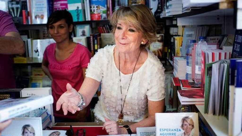Esperanza Aguirre, en la feria del libro.