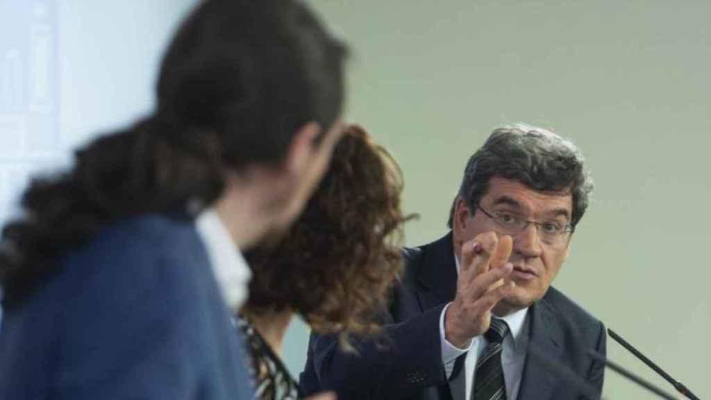 El ministro José Luis Escrivá apostilla al vicepresidente Pablo Iglesias, en presencia de la ministra María Jesús Montero.