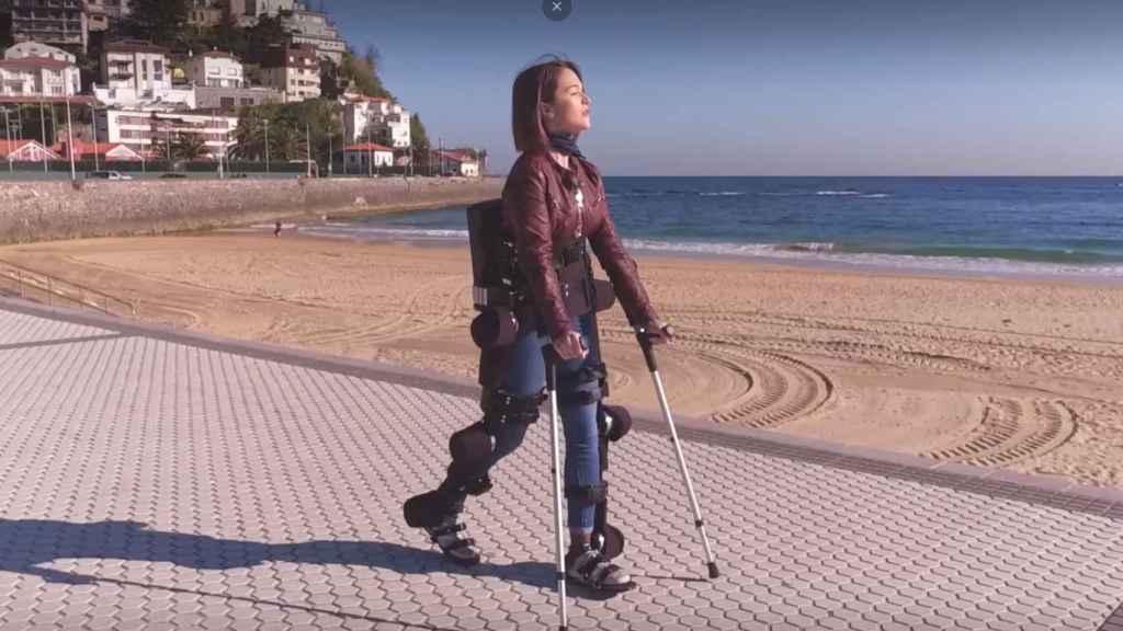 Una paciente con uno de los exoesqueletos de la startup Gogoa Mobility.
