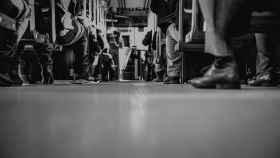 Pies de varias personas en el transporte público. Foto: Unsplash