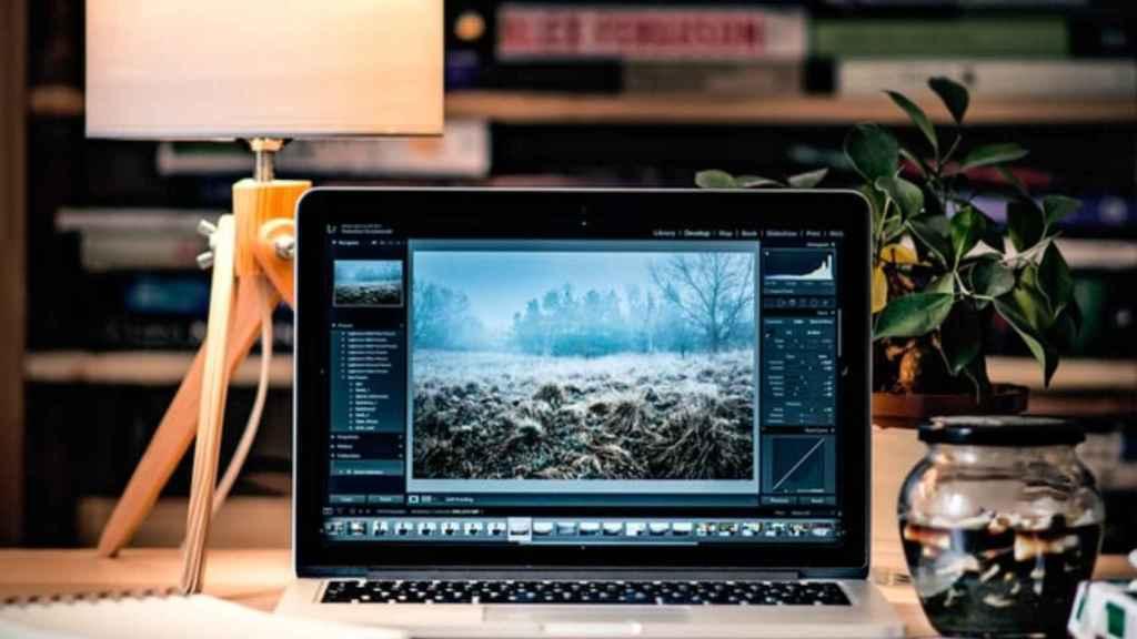 Un MacBook Pro en una mesa de trabajo.