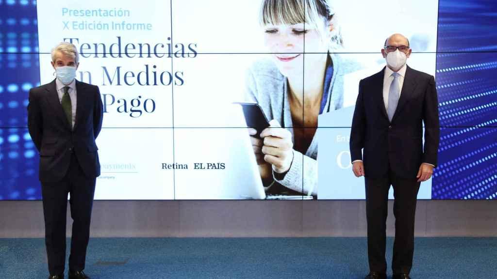 Borja Ochoa, director general responsable global de Servicios Financieros de Minsait, y Fernando Abril-Martorell, presidente de Indra (de izquierda a derecha), en la presentación del X Informe de Tendencias en Medios de Minsait Payments.