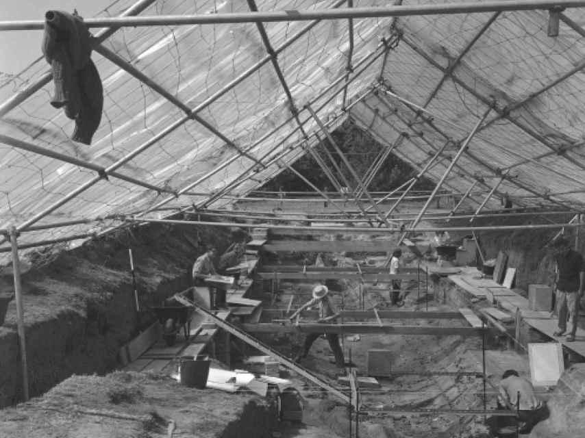 Excavaciones en Sutton Hoo en 1966. Los arqueólogos levantaron una estructura una gran techumbre para proteger y trabajar mejor en el sitio.