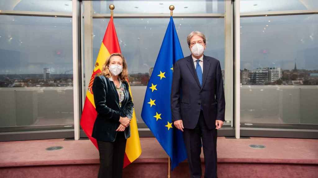 Nadia Calviño posa este jueves con el comisario de Asuntos Económicos, Paolo Gentiloni