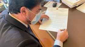 El alcalde de Alicante, Luis Barcala, firma el último bando municipal de lucha contra el Covid.