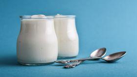 Dos yogures naturales en envase de vidrio.