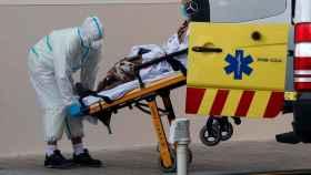 Un sanitario traslada a un enfermo en el Hospital Clínico de Valencia. EFE/ Kai Försterling.