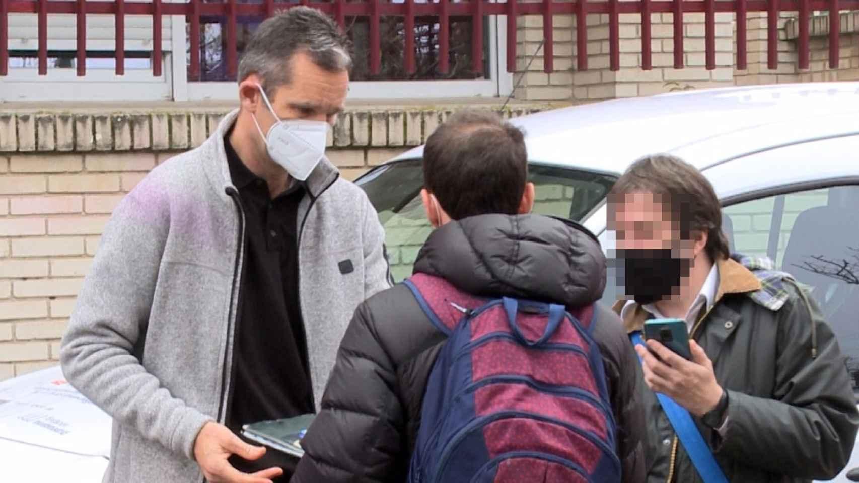 Iñaki Urdangarin accediendo a las peticiones de sus fans en la puerta de Don Orione.