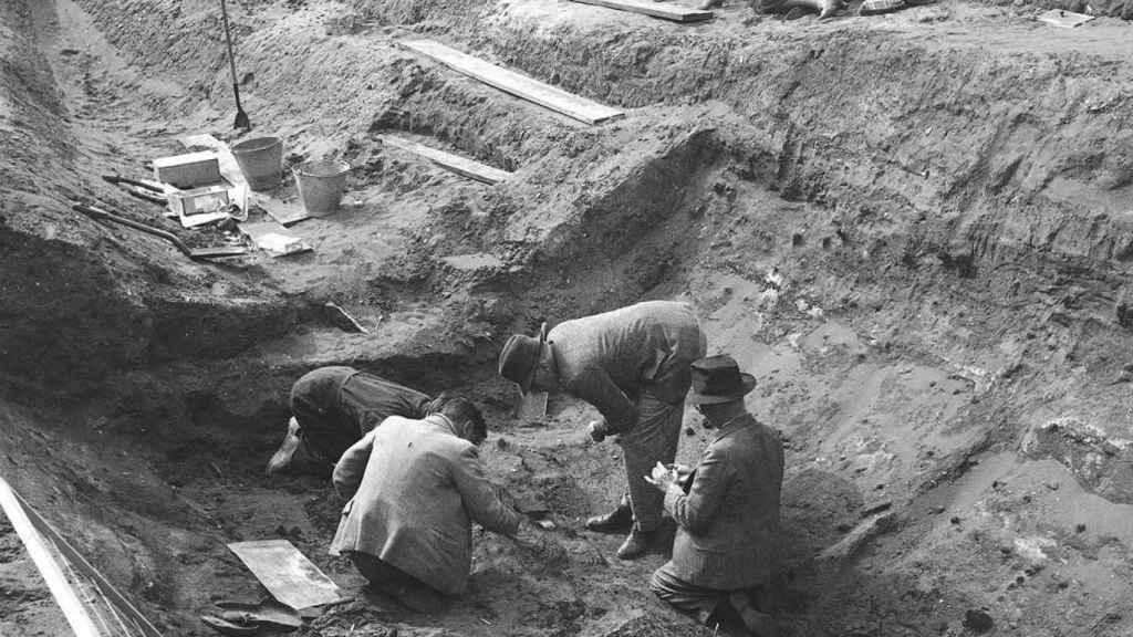 Los arqueólogos excavando el barco funerario de Sutton Hoo a finales de la década de 1930.