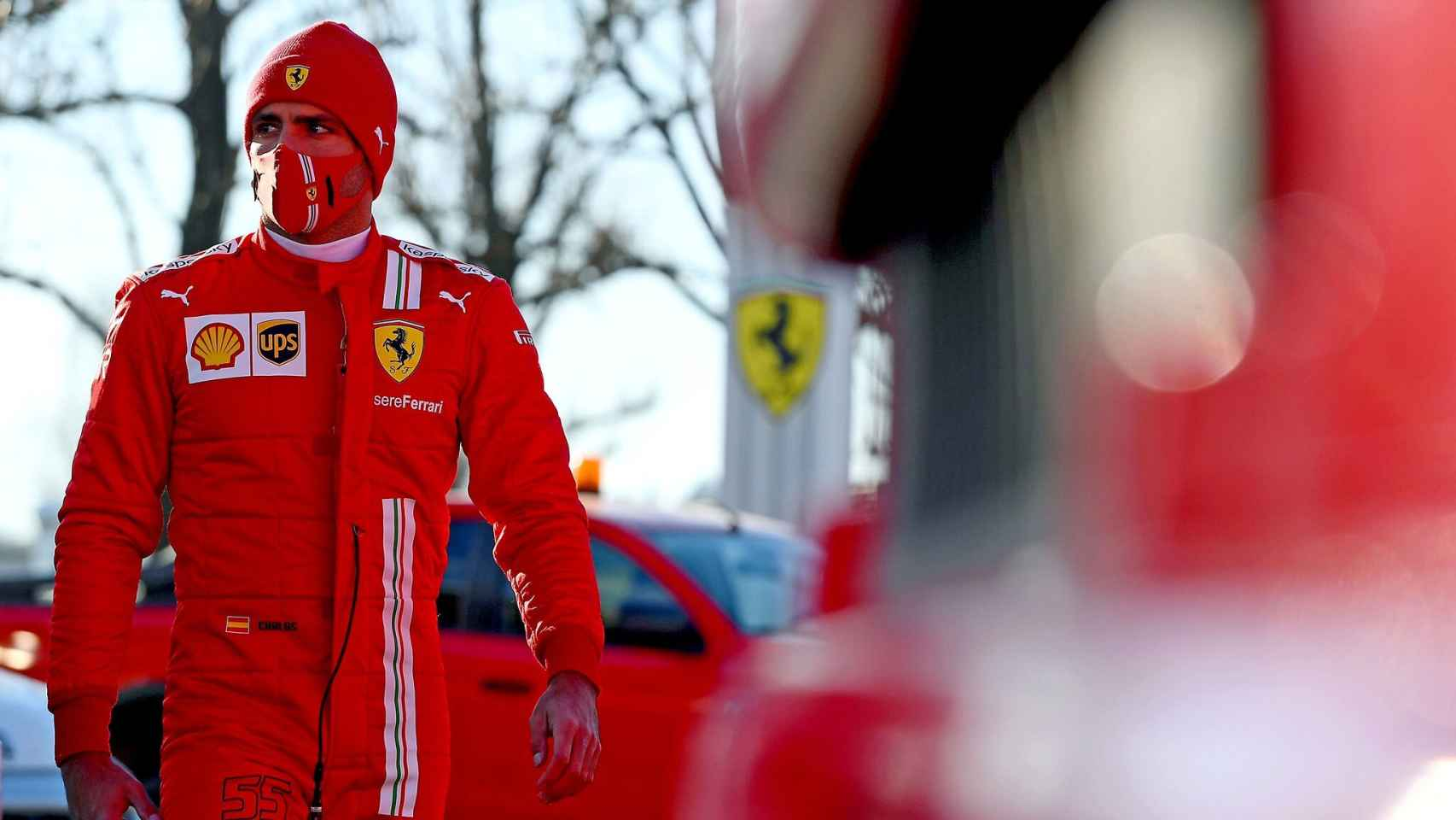 Carlos Sainz con el mono de Ferrari
