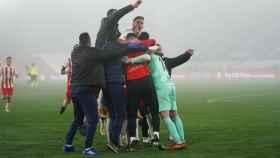 Piña de los jugadores del Almería para celebrar el pase a los cuartos de final de la Copa del Rey