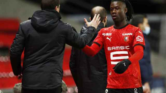 Camavinga choca su mano con su entrenador Julien Stephan