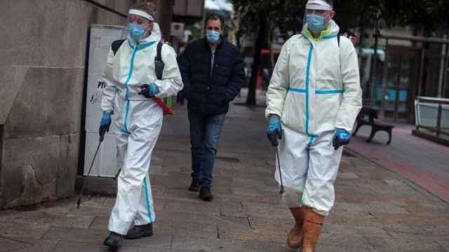Empleados municipales desinfectan una calle de Orense.