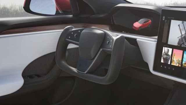 Volante presentado por Tesla que se caracteriza porque no tiene parte superior.