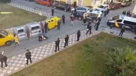 Cordón policial en torno al edificio ocupado por 22 familias en La Línea de la Concepción (Cádiz).