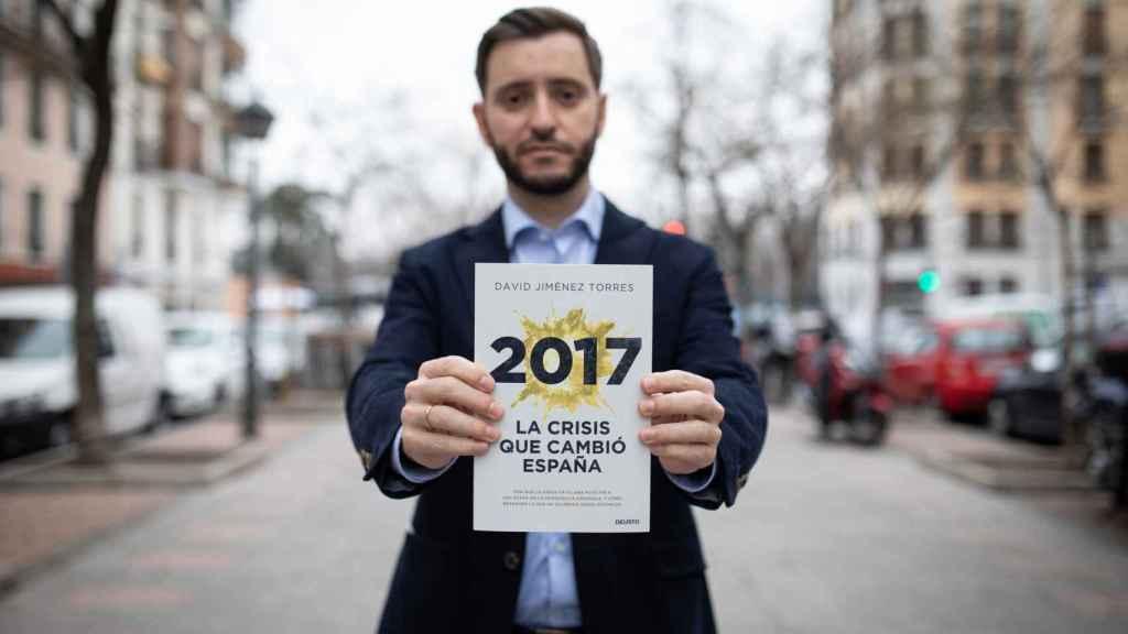 David Jiménez Torres con un ejemplar de su nuevo libro.