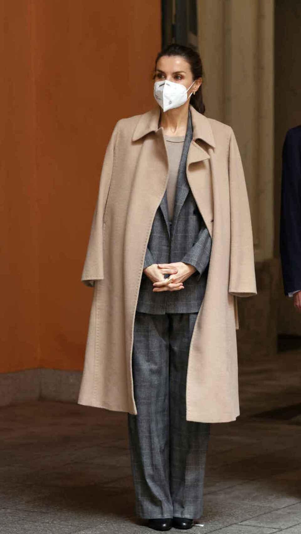 La reina Letizia con traje sastre de Hugo Boss.