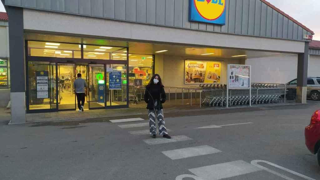 La hija de Teresa Vázquez, frente a la tienda de Lidl en la que compra su madre.