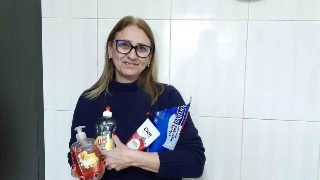 Belén Posse, una clienta fiel de Lidl, con varios de sus productos de marca propia.