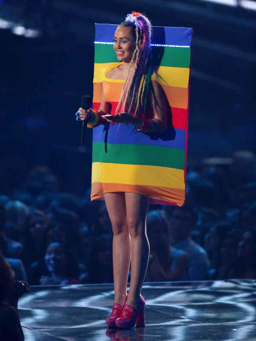 Miley Cyrus con un vestido de Ágatha Ruiz de la Prada en 2015.