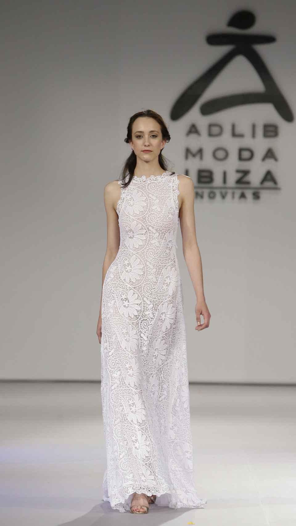 Imagen de uno de los desfiles de la Moda Adlib con un diseño de Charo Ruiz.