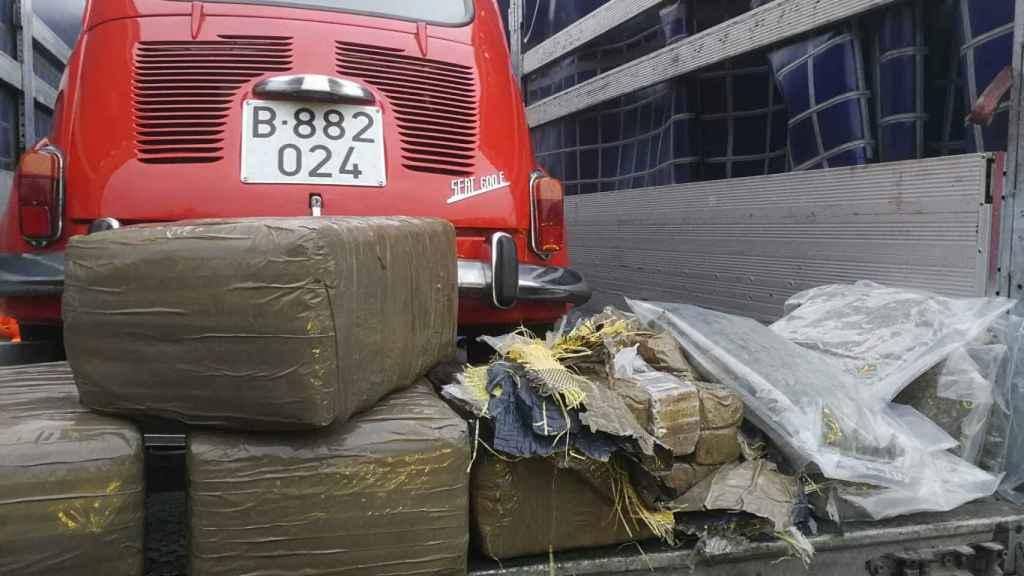 Uno de los coches clásicos tras el registro del camión en el que viajaba oculta la droga.