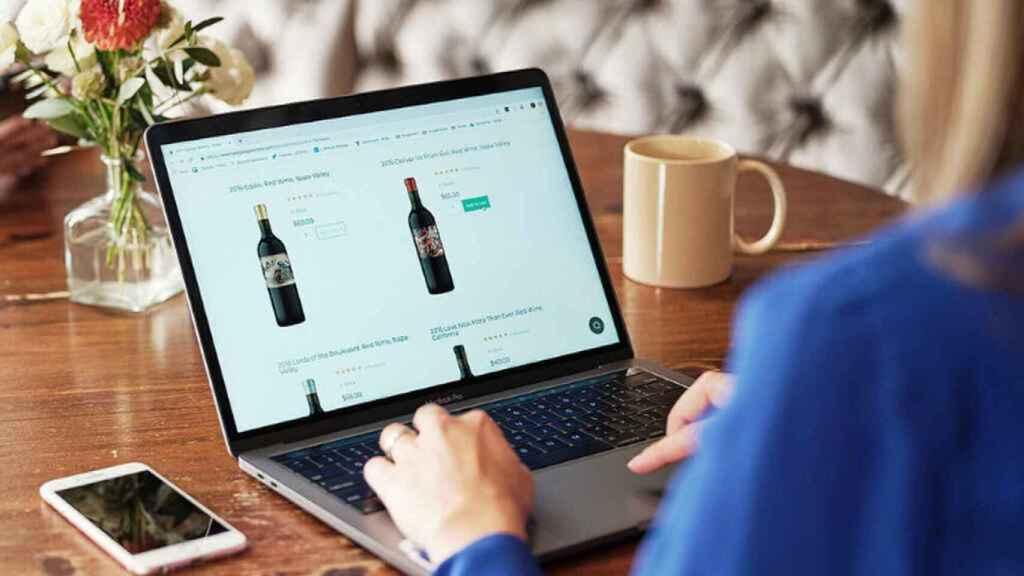 Un consumidor realizando una compra online.