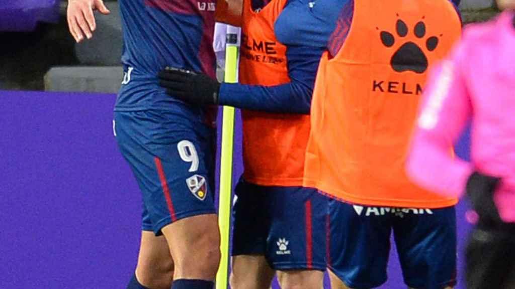 Los jugadores del Huesca celebran su gol junto al banderín