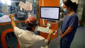 Profesionales sanitarios trabajan en una de las UCI del Hospital Clínic de Barcelona para pacientes covid. EFE/Toni Albir