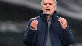 Mourinho protesta una decisión en la banda