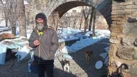 Miguel devuelve la imagen de los indigentes viviendo bajo los puentes de los ríos, en este caso del Tajo a su paso por Toledo