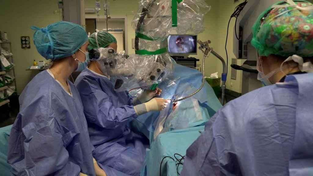 Vista de una intervención quirúrgica realizada en el Hospital de Valdecilla (Santander), que ha realizado 50 operaciones más que la semana pasada.