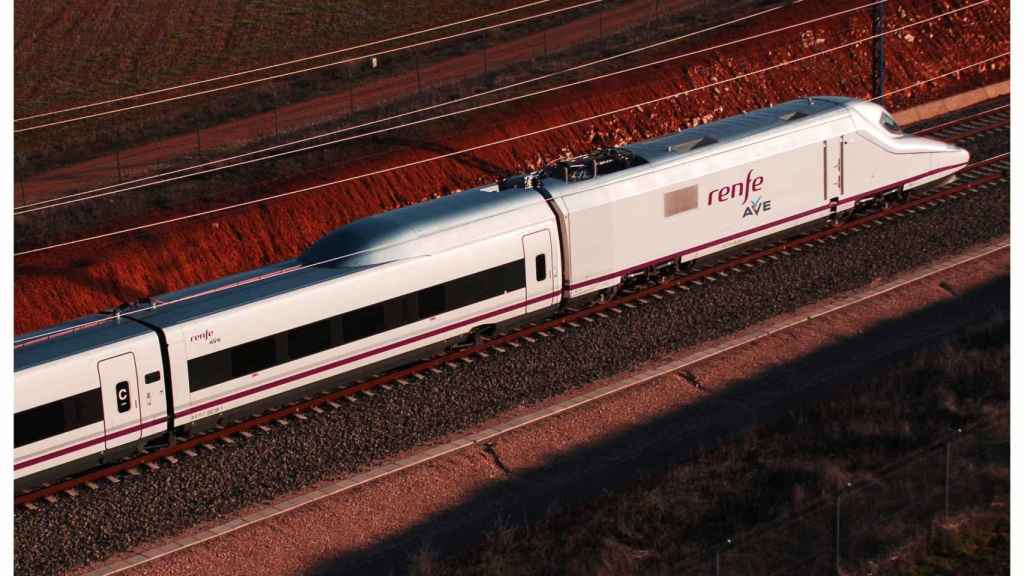 Imagen de archivo de un tren AVE circulando en la provincia de Granada.