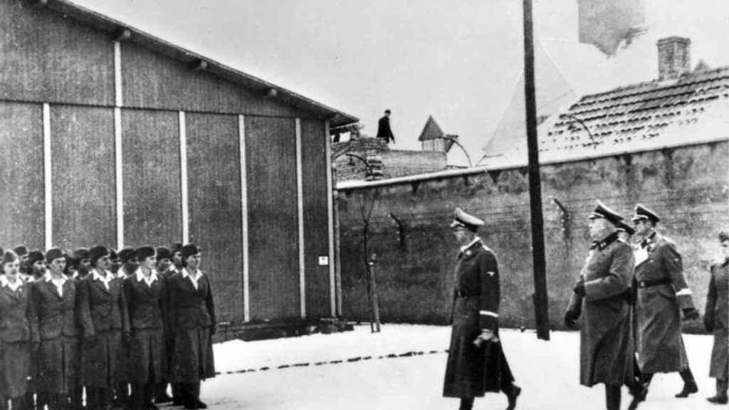 Heinrich Himmler pasando revista a las guardias nazis del campo de Ravensbrück.