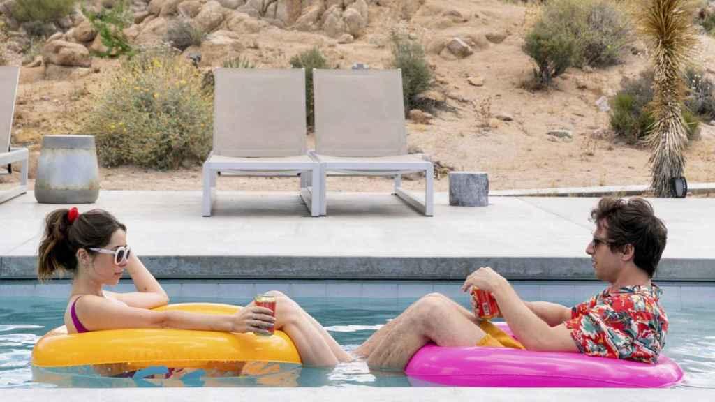 Cristin Milioti y Andy Samberg protagonizan 'Palm Springs'