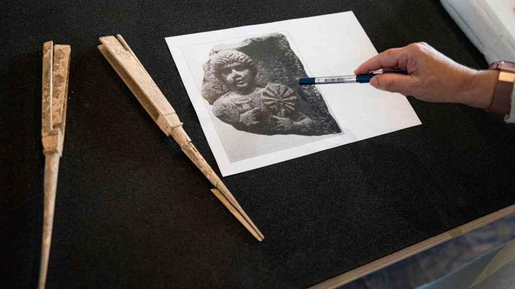 El abanico hallado, junto a una imagen funeraria en la que una mujer aparece con un paipái.