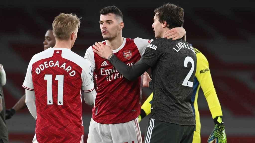 Granit Xhaka y Martin Odegaard junto a Victor Lindelof, tras el Arsenal - Manchester United