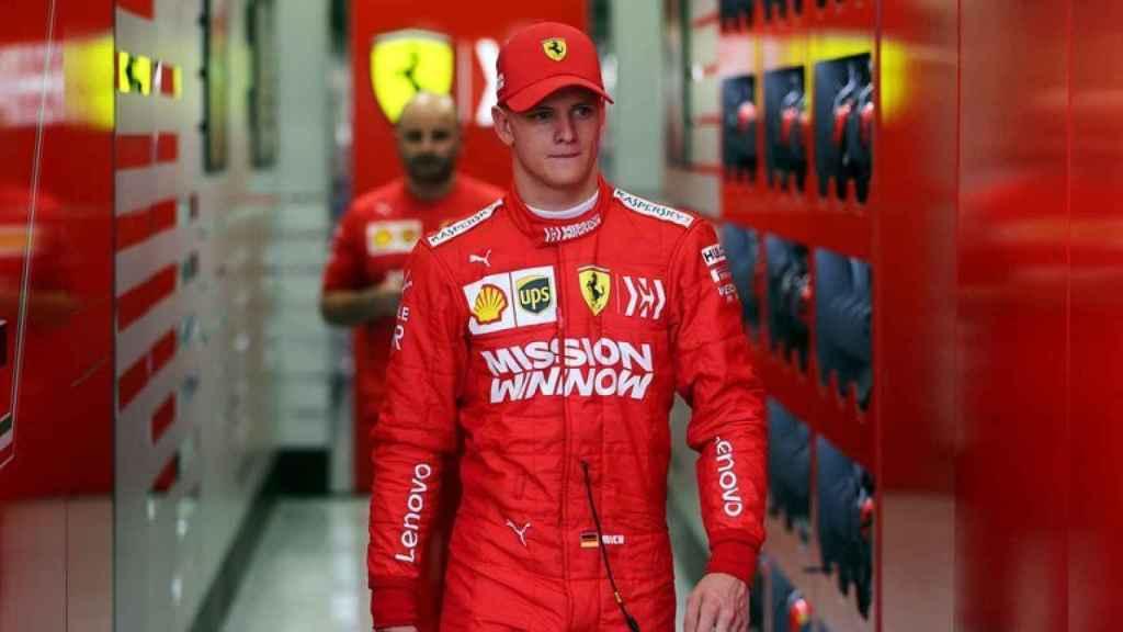 Mick Schumacher, vestido con el mono de Ferrari