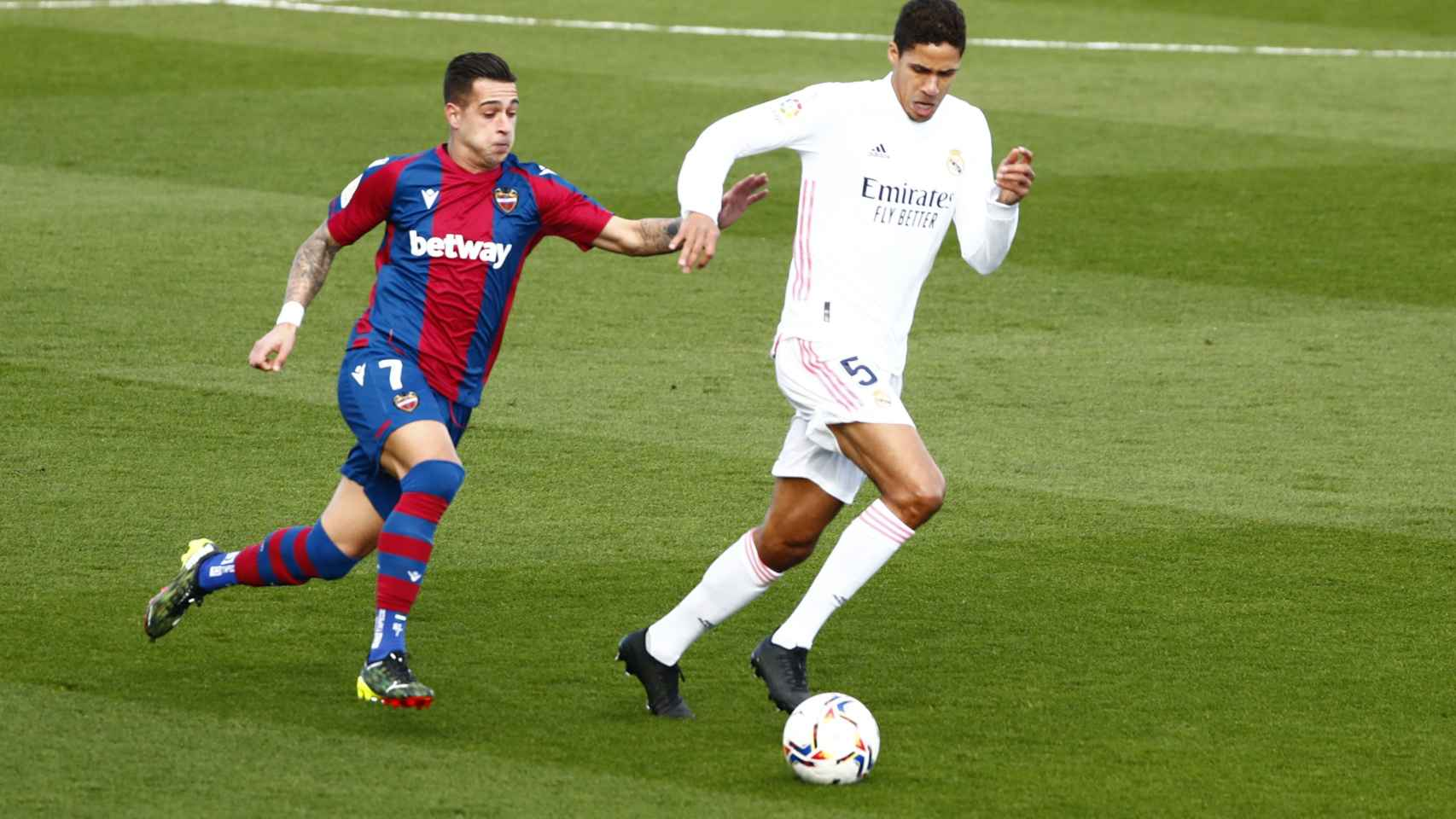 Nemanja Radoja intenta superar a Raphael Varane