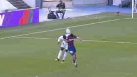 El VAR analiza una jugada entre Melero y Mendy previa al gol de Asensio al Levante