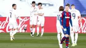 Asesio celebra con los jugadores del Real Madrid su gol al Levante