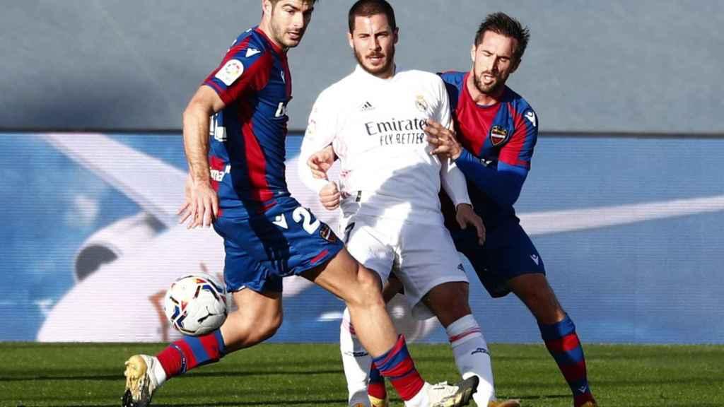 Eden Hazard presionado por dos jugadores del Levante